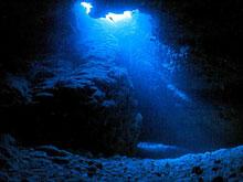 天井の穴から差し込む光
