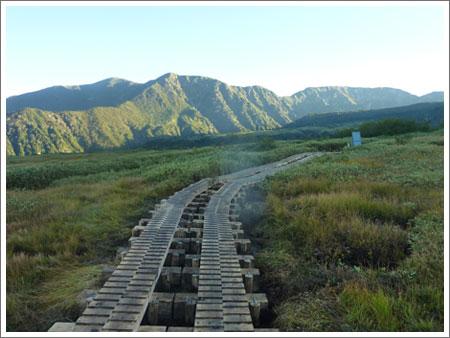 021e217f78f9b3 カシヤ地獄から六地蔵、雷鳥沢ヒュッテを回って、山道を登ること2時間。 2400メートルの日本一高所にある「みくりが池温泉」に浸かり、足の疲れを癒した…